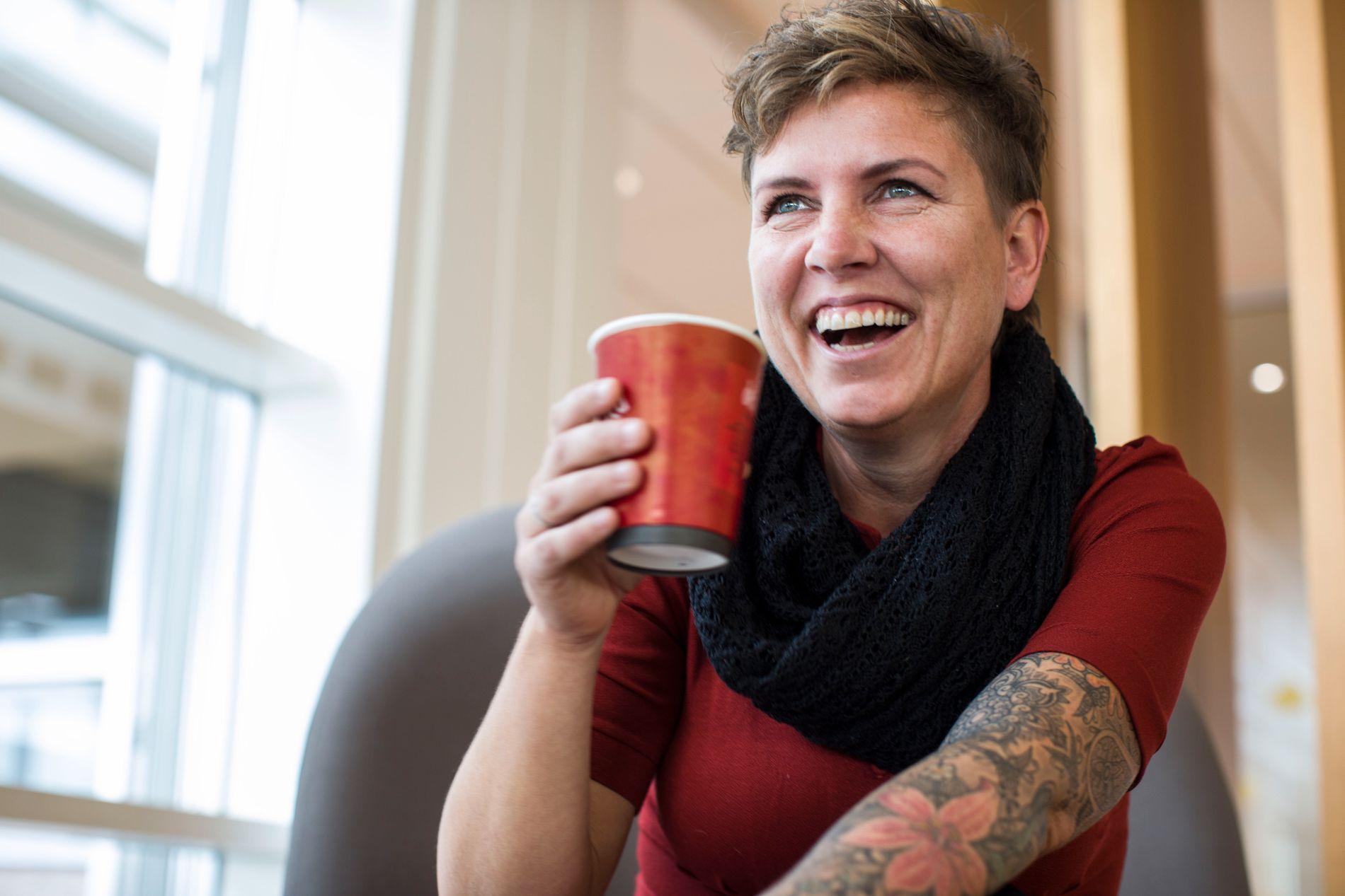 HUMORISTISK: Eunike Hoksrød har opplevd mye vondt, men ser lyst på livet og nekter å bli sett på som et offer. Her på besøk i VG-huset mandag.