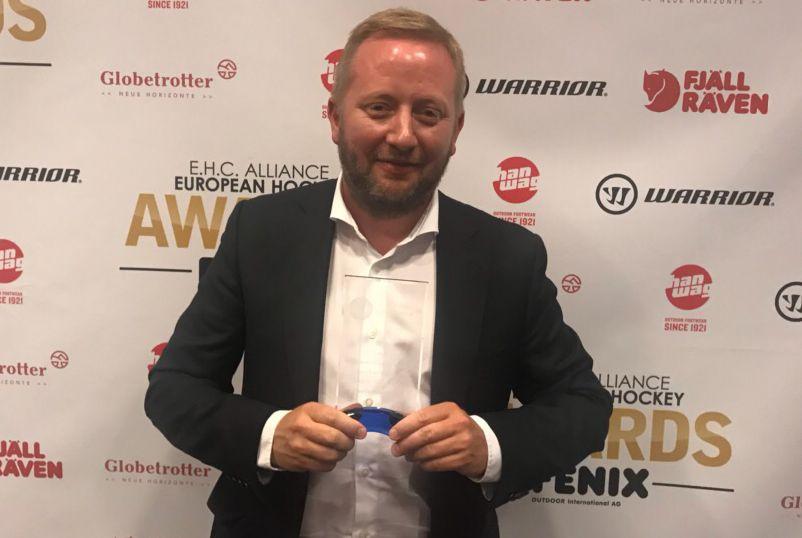 FORNØYD: Fredrik Söderström avbildet i forbindelse med kveldens prisutdeling i Tsjekkia.
