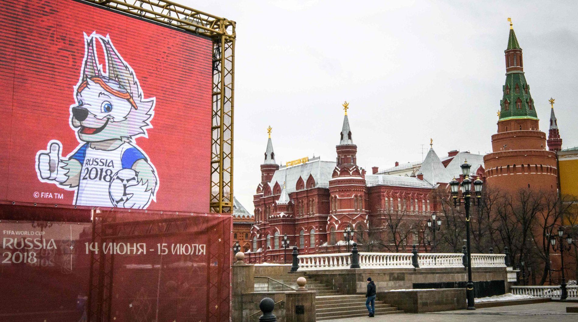 VM-MASKOT: Manesje-plassen ved Kreml i Moskva preges nå av dette bildet av VM-maskoten Zabivaka. «Zabivaka» hentyder på den «den som scorer mål».