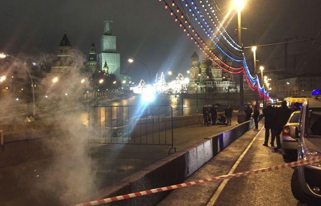 ÅSTEDET: Politi og etterforskere på åstedet hvor Boris Nemtsov ble drept.