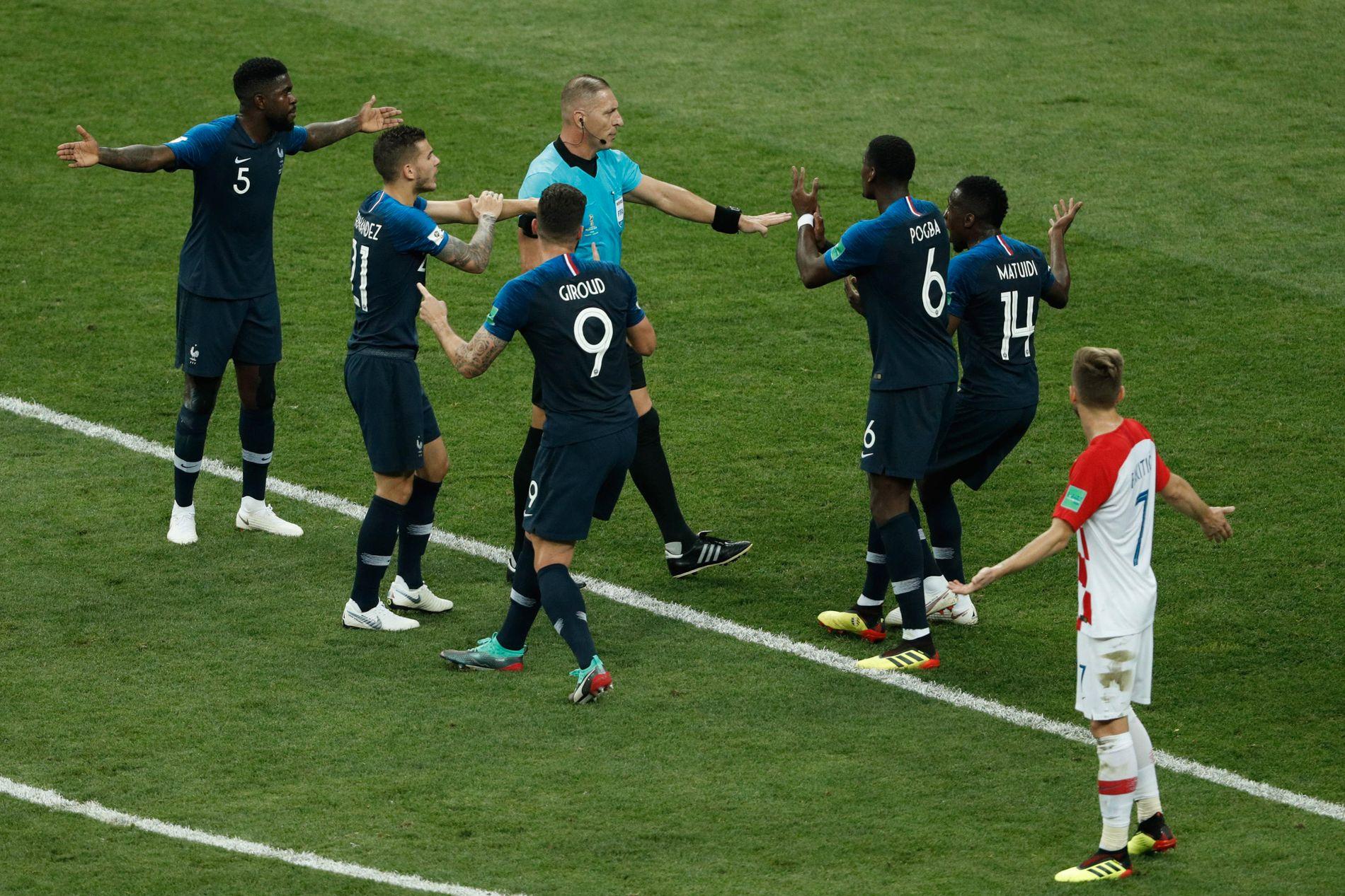 STRAFFE! De franske spillerne omringer Néstor Pitana og peker på armen. Fra venstre Samuel Umtiti, Lucas Hernández, Olivier Giroud, Paul Pogba og Blaise Matuidi får viljen sin. Etterpå kaller Ivan Rakitic (nærmest) avgjørelsen for en skam.