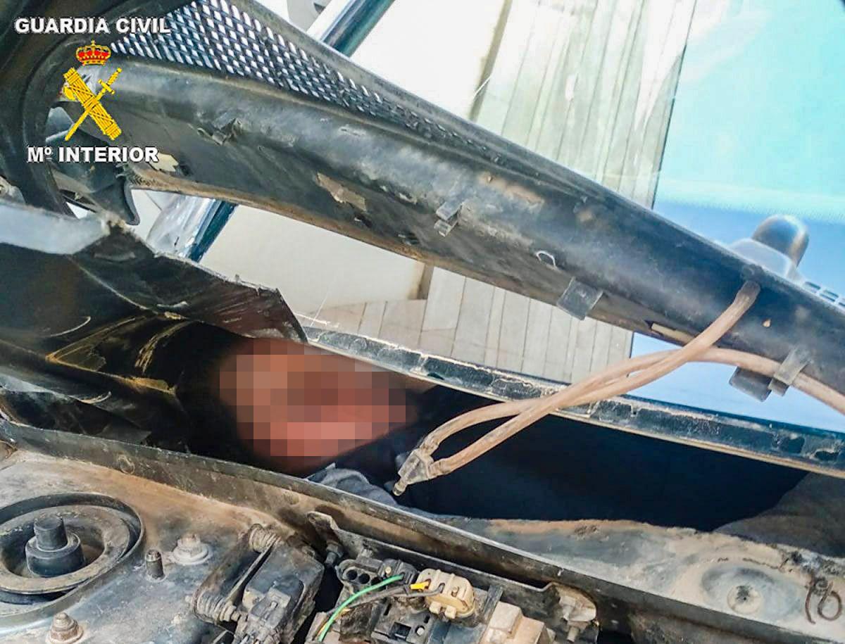 KLEMT INN: To av menneskene lå i et rom bak intrumentpanelet og hanskerommet.