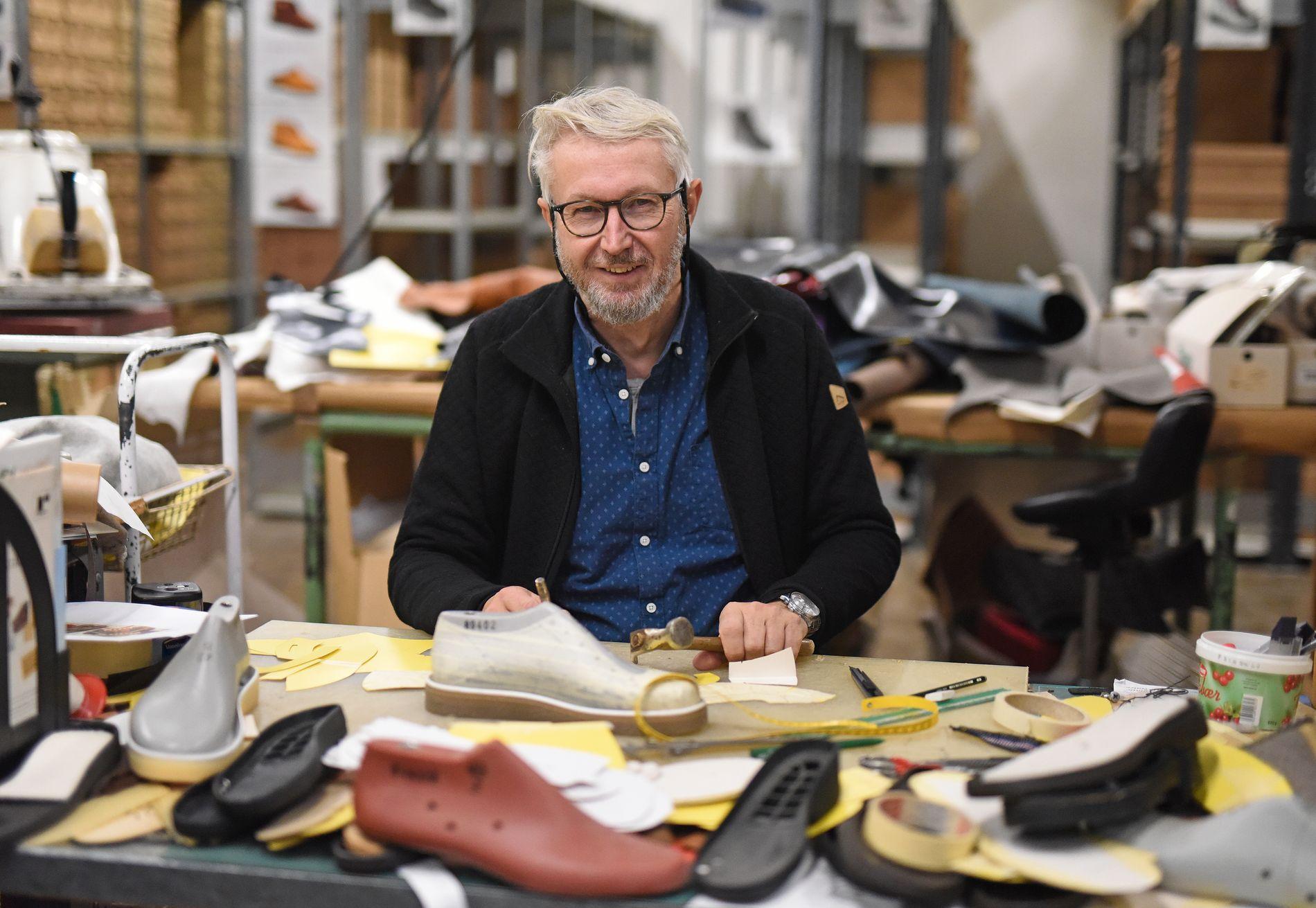 HÅNDVERK: Helge Reigstad er utdannet ortopeditekniker, og bruker av kunnskapene sine til å designe og lage prototyper av skoene.