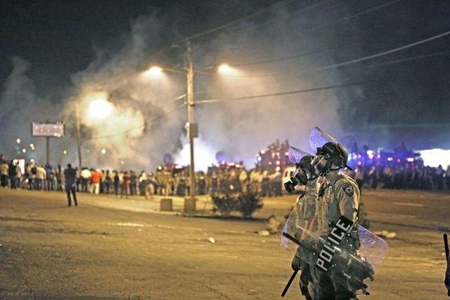 Politiet brukte i sommer både røykbomber og tåregass mot demonstrantene som hadde samlet seg i protest mot at tenåringen Michael Brown ble skutt og drept i Ferguson, Missouri.