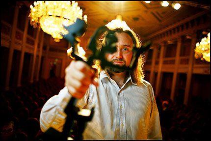 """Forfatteren Carl Frode Tiller vant prisen i kategorien Skjønnlitteratur med boken """"Innsirkling"""" da Brageprisene 2007 ble delt ut torsdag kveld. Foto: Scanpix"""