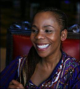 DATTEREN: Cedella Marley (44) er ikonets eldste datter, åpner hjertet sitt i den nye filmen. Foto: Universal