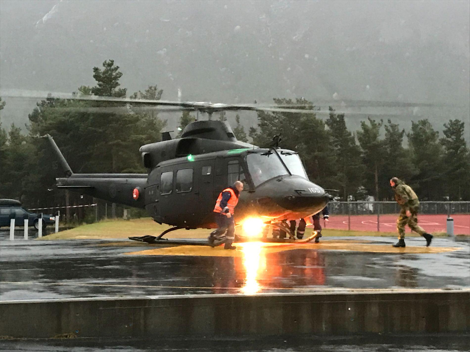 HELIKOPTER-HJELP: Forsvaret har stilt opp med dette Bell-helikopteret under evakueringen av befolkningen i Sjåk søndag.