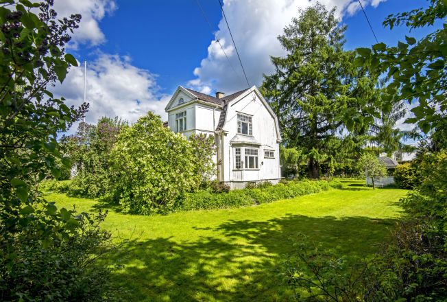 IDYLLISK: Markus Foss og Tone Damlis nye hus er fra 1924 og ligger kun få kilometer fra Sandvika sentrum. Tomten er på nesten to mål og har blant annet tinglyst rett til båplass i Blommenholm båtforening.