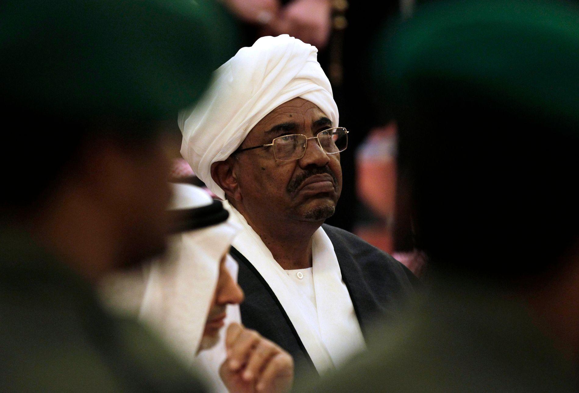 HOLDER PÅ MAKTEN: Omar al-Bashir har styrt Sudan siden militærkuppet i 1989.
