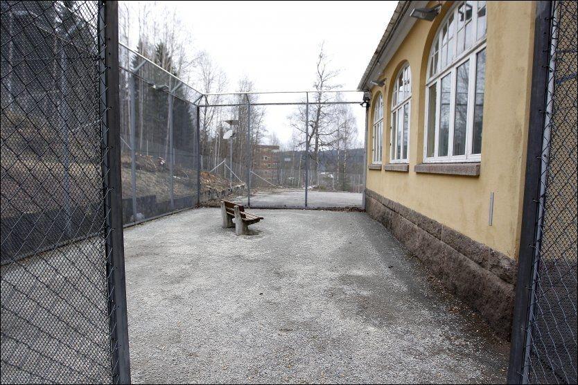 RISIKO: På Dikemark ble det registret 96 tilfeller av vold mot ansatte på ett år. Her sees luftegården ved den regionale sikkerhetsavdelingen på Dikemark, der to pleiere ble stukket ned i 2010. Foto: Trond Solberg/VG