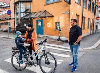 STAMGJESTER: Ragnhild By gleder seg til å besøke Kampen Bistro når den åpner igjen. Her sammen med sønnen Magnus og daglig leder Kristian Tinnen.