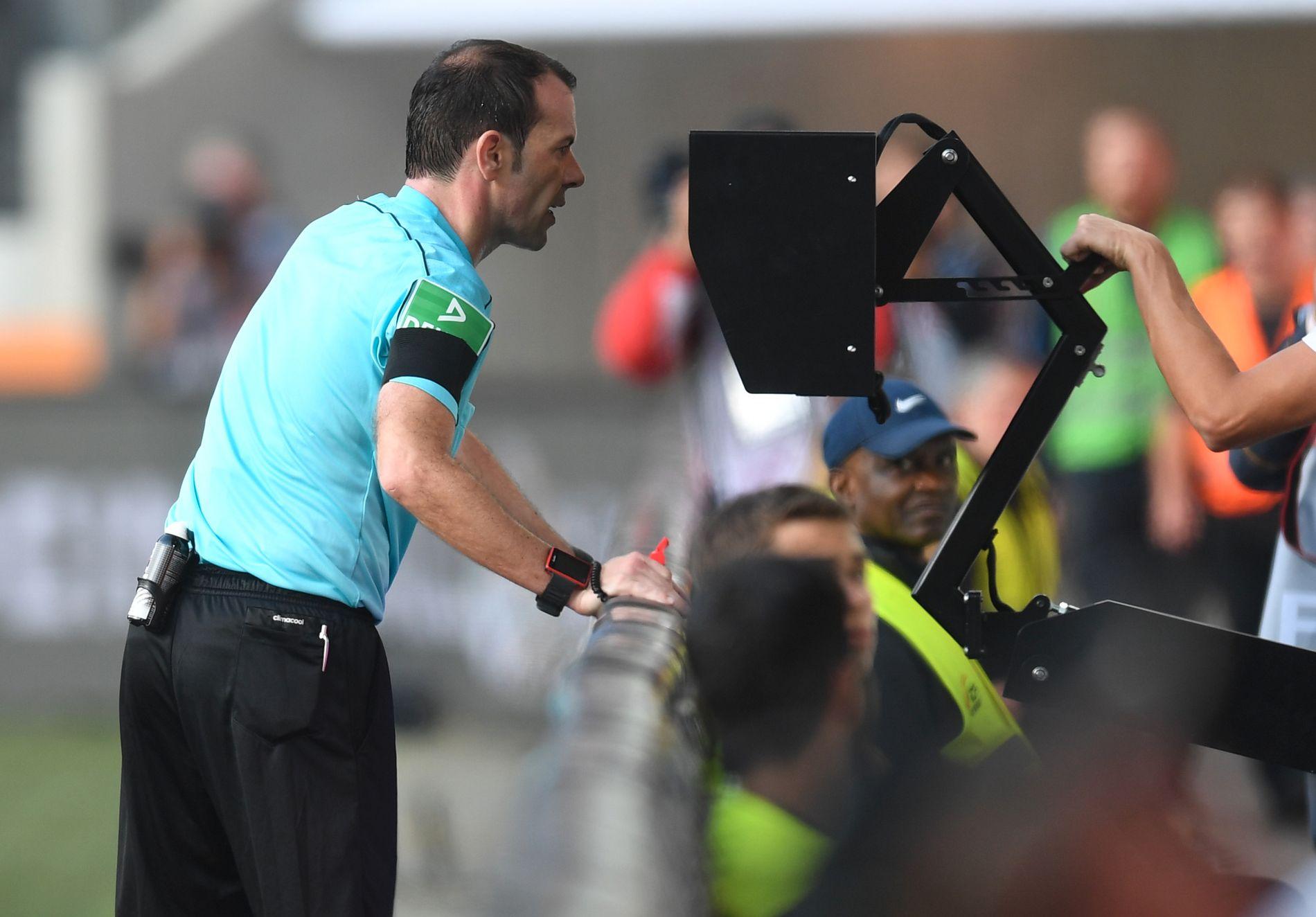 KOMMER TIL ENGLAND: Slike scener kan nå bli vanlig i engelsk fotball. Her sjekker den tyske dommeren Marco Fritz videobildene under en Bundesliga-kamp mellom FC Augsburg og Borussia Dortmund.