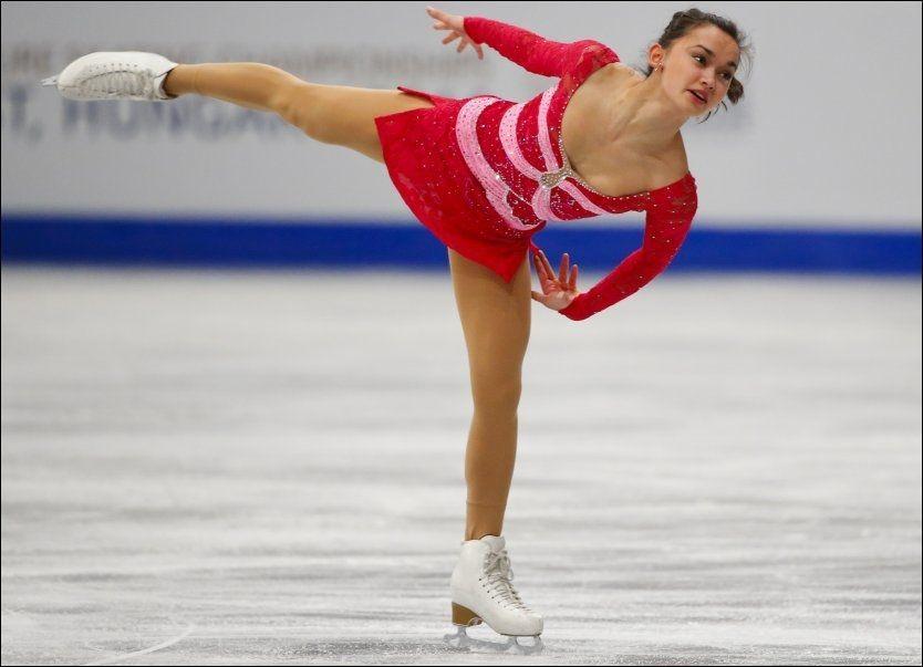 DRAMATISK I RØDT: Anne Line Gjersem (20) vil bruke denne røde kjolen til langprogrammet - friløpet - hvis hun klarer å komme seg gjennom nåløyet i kortprogrammet onsdag. Her fra EM i Budapest i forrige måned. Foto: AP