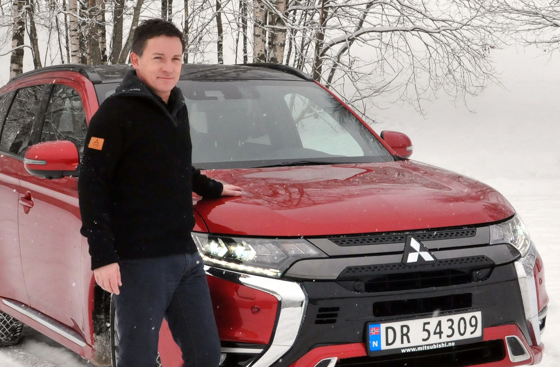 PERFEKT PÅ VINTERFØRE: Produktsjef i Mitsubishi, Vegard Werner, med nye Outlander PHEV.