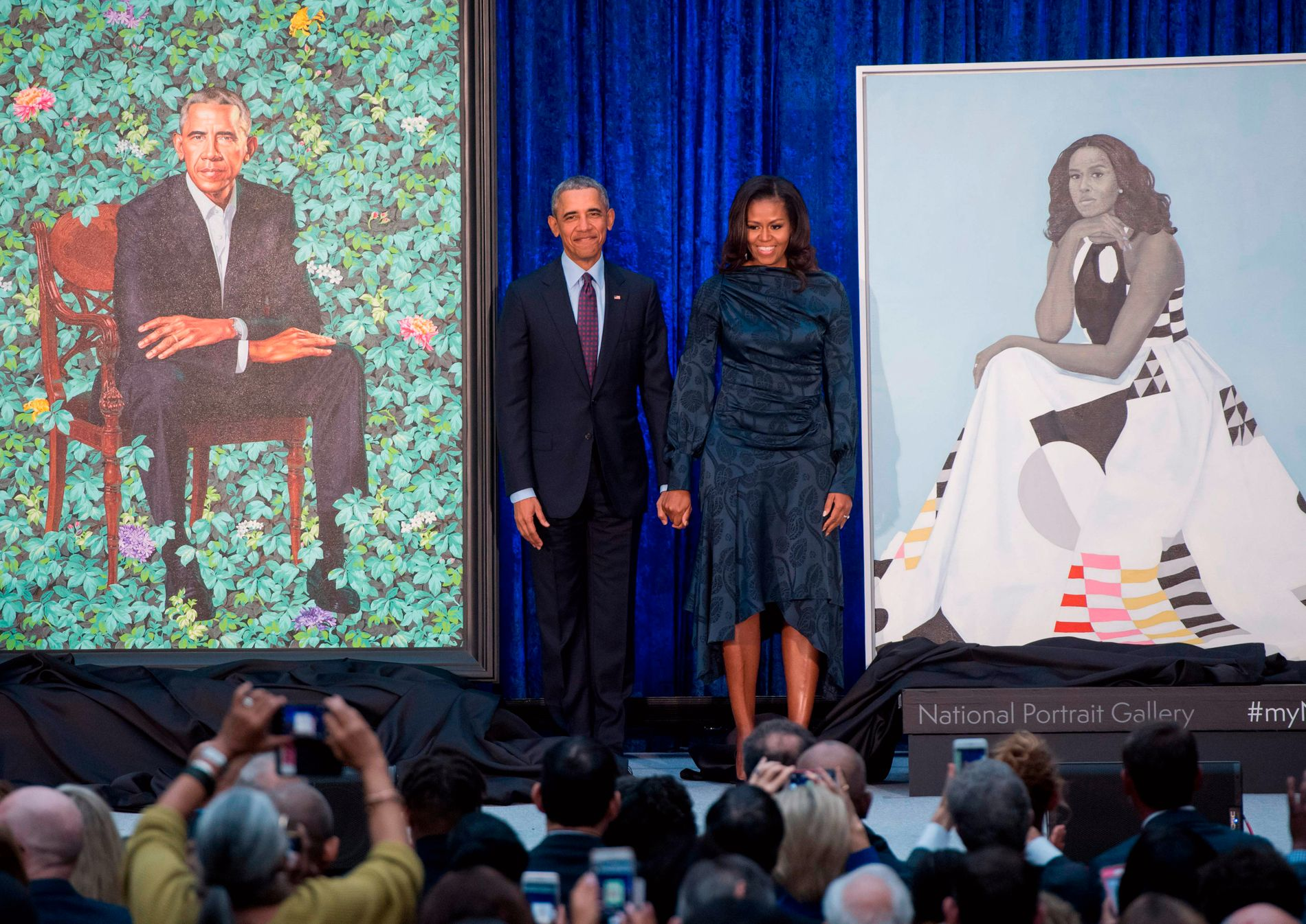 Barack og Michelle Obama var selv på plass da portrettene ble avduket på The Smithsonian National Portrait Gallery.