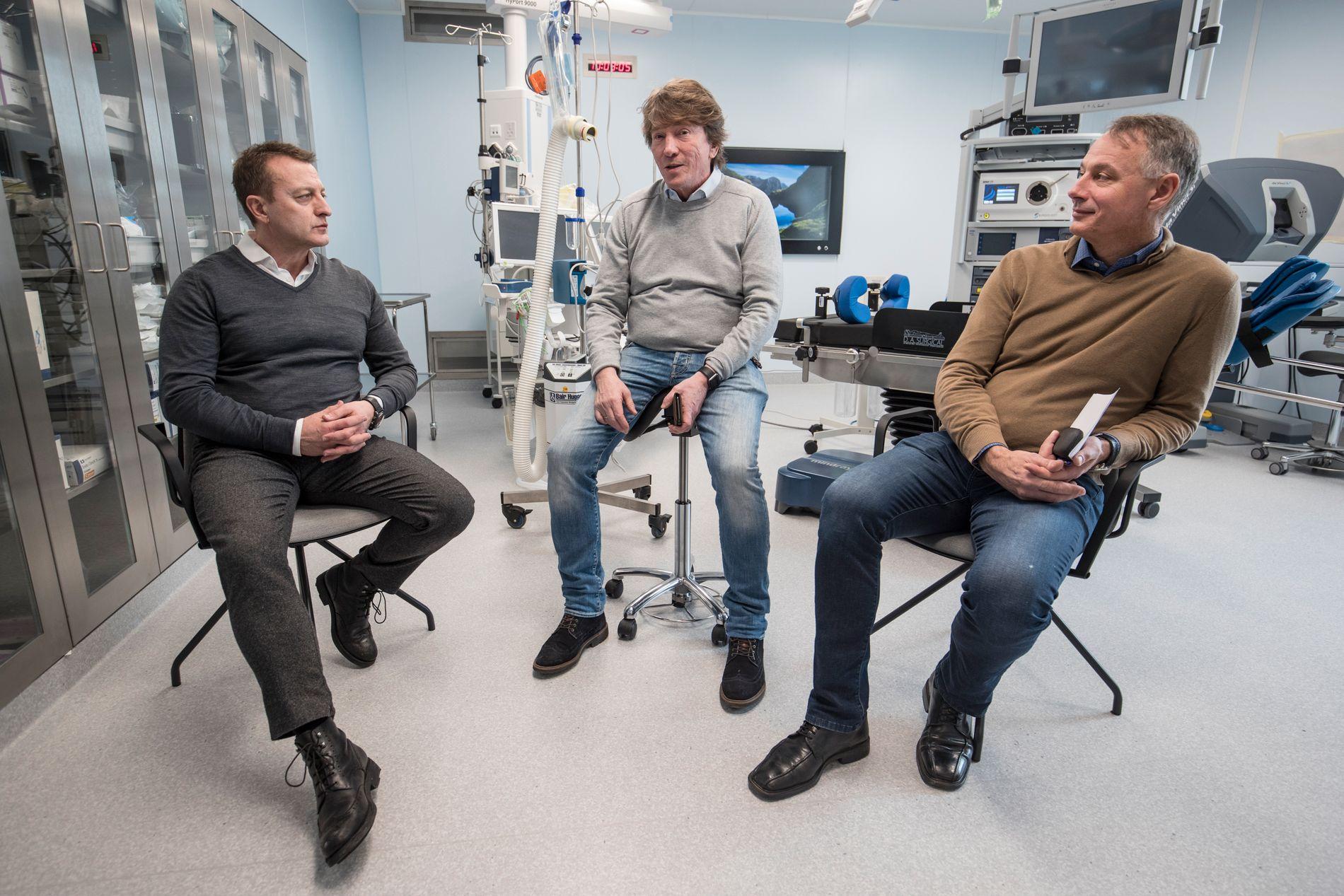 PLANLEGGER FREMTIDEN: I dette rommet skal legene på Colosseum Mann operere prostatakreft-pasienter fra slutten av mars 2018. Utstyret her er verdt millioner, forteller allmennlege Franck Sky (fra venstre), eier Gard Lauvsnes og daglig leder Ola Mjåtvedt.