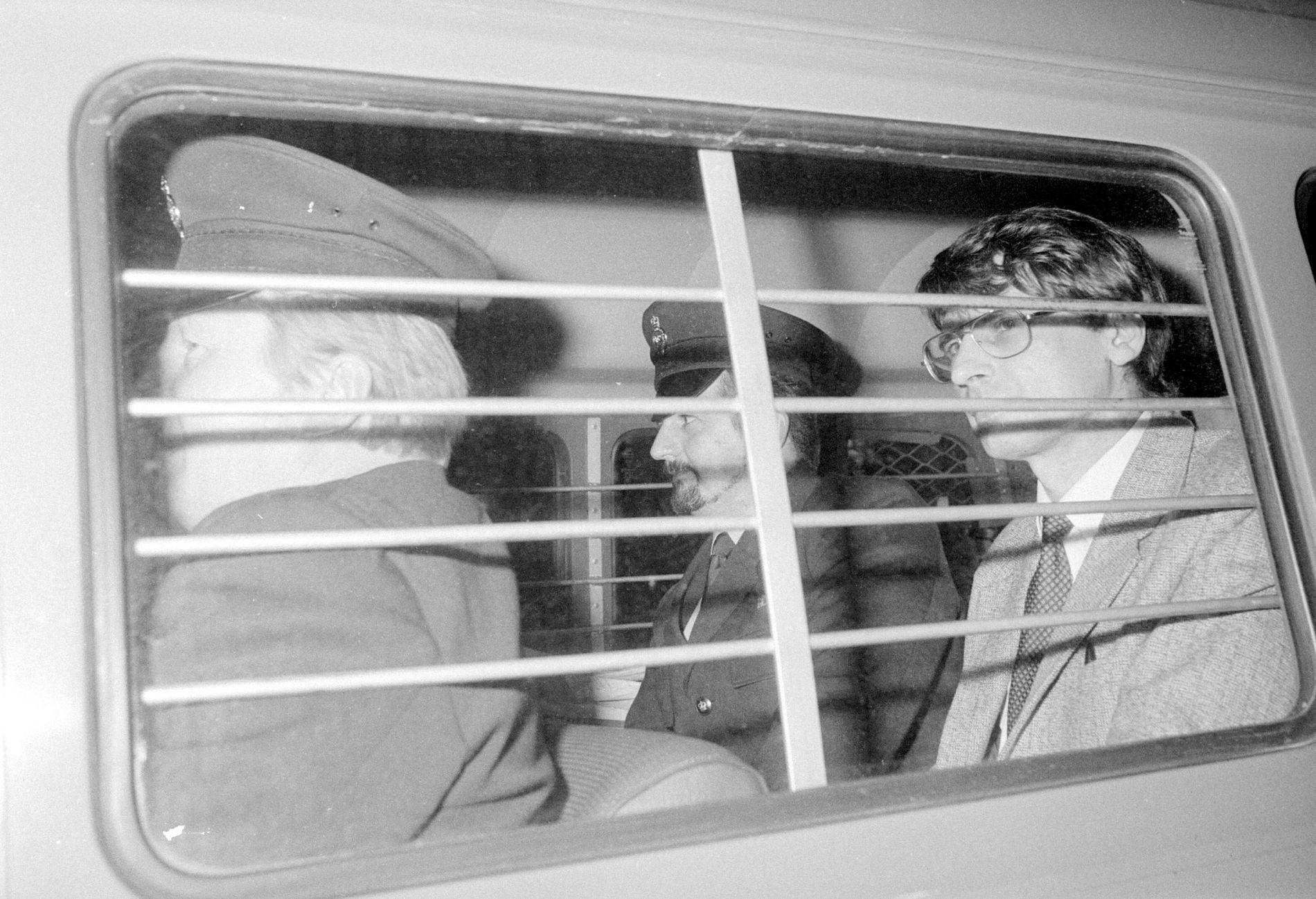 BERYKTET: Her er Dennis Nilsen (til høyre) på vei bort fra rettslokalene etter at han ble dømt til 25 års fengsel i 1983.