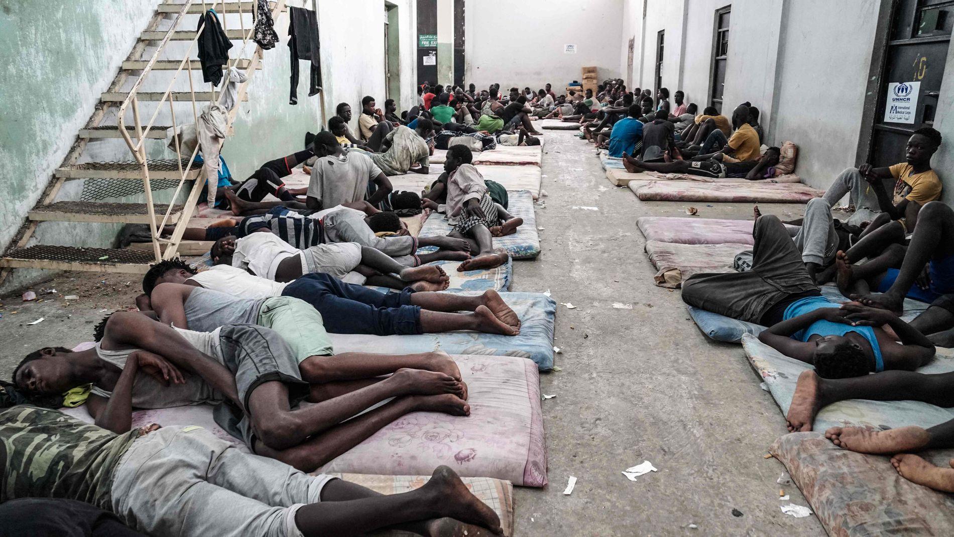 I ZAWIYAH: Flyktninger og migranter som vilkårlig blir innsatt i interneringsleirer i Libya, blir utsatt for tortur og mishandling, varsler Amnesty i en ny rapport. Dette bildet er tatt i en leir i Zawiyah, fire mil vest for hovedstaden Tripoli.