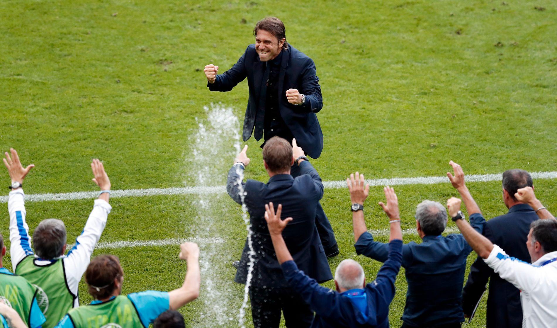 SJEFEN: Antonio Conte feirer etter at Graziano Pellè scoret Italias 2-0-mål i åttedelsfinalen mot Spania.