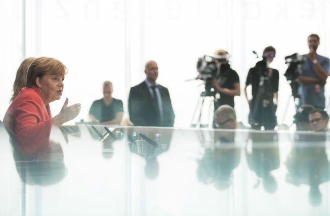 OVERLÆRER: Kansler Angela Merkel på sommerens pressekonferanse mandag.