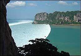 KRAFTIG: En tsunami varierer i størrelse alt ettersom hvor dypt vannet er og hvor langt unna jordskjelvet skjer. Her er søndagens tsunami fotografert i en bukt i Thailand av norske Bjørnar Tomassen. Foto: Bjørnar Tomassen