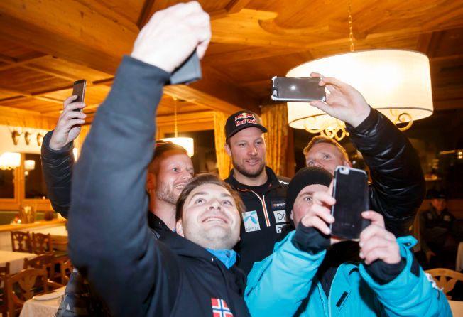 ALPINKONGE: Aksel Lund Svindal ble omkranset av ivrige supportere fra Trondheim som tok selfie med alpinstjernen i Kitzbühel i onsdag.