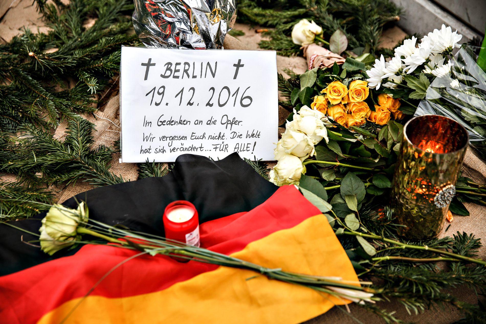 TIL MINNE: Blomster lagt ned til minne om de som ble drept da en lastebil braste inn julemarkedet i Berlin 19. desember.