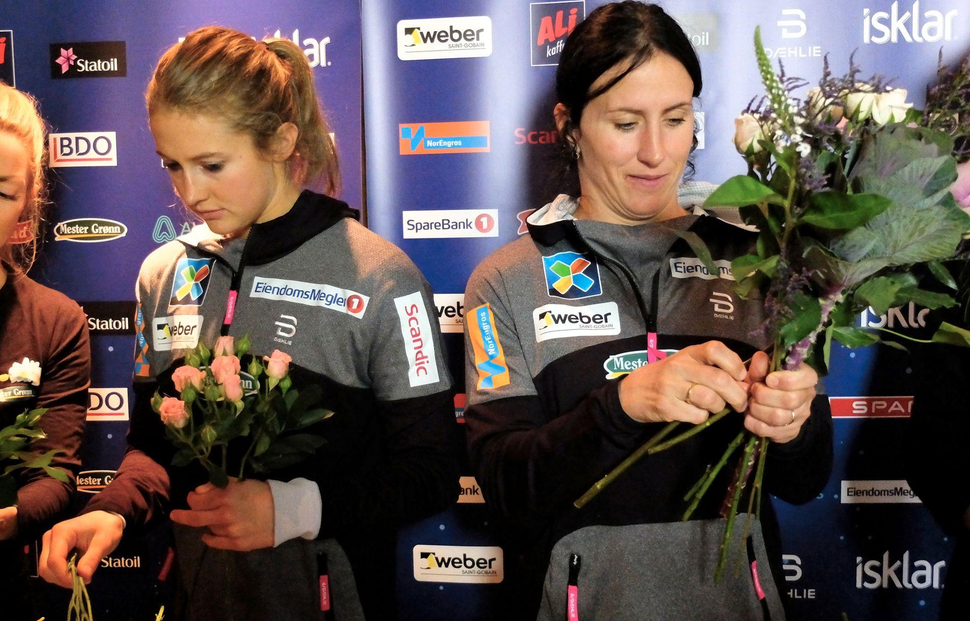 FLERE TALENTER: Ingvild Flugstad Østberg og Marit Bjørgen prøver seg som blomsterdekoratører. Skijentene har fått en blomsterkjede som sponsor.