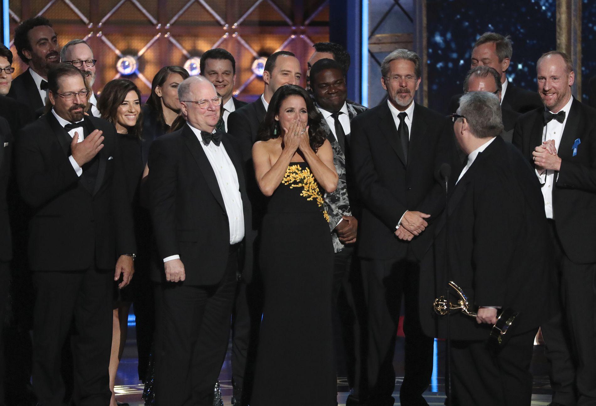 BLE HISTORISK: Julia Louis-Dreyfus tok imot prisen for beste komiserie sammen med resten av «Veep»-gjengen.