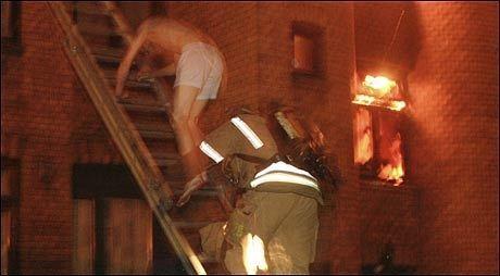 UT I UNDERBUKSA: Beboerne i Urtegata 31 i Oslo ble reddet fra flammene. Seks personer døde i brannen. Foto: SCANPIX