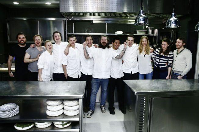 SNART SLUTT: Kjøkkensjef Even Ramsvik (i midten med skjegg) og andre fornøyde ansatte på Ylajali jublet da det i fjor ble kjent at restauranten får en stjerne i guideboka Michelin. Nå er det slutt for stjernerestauranten.