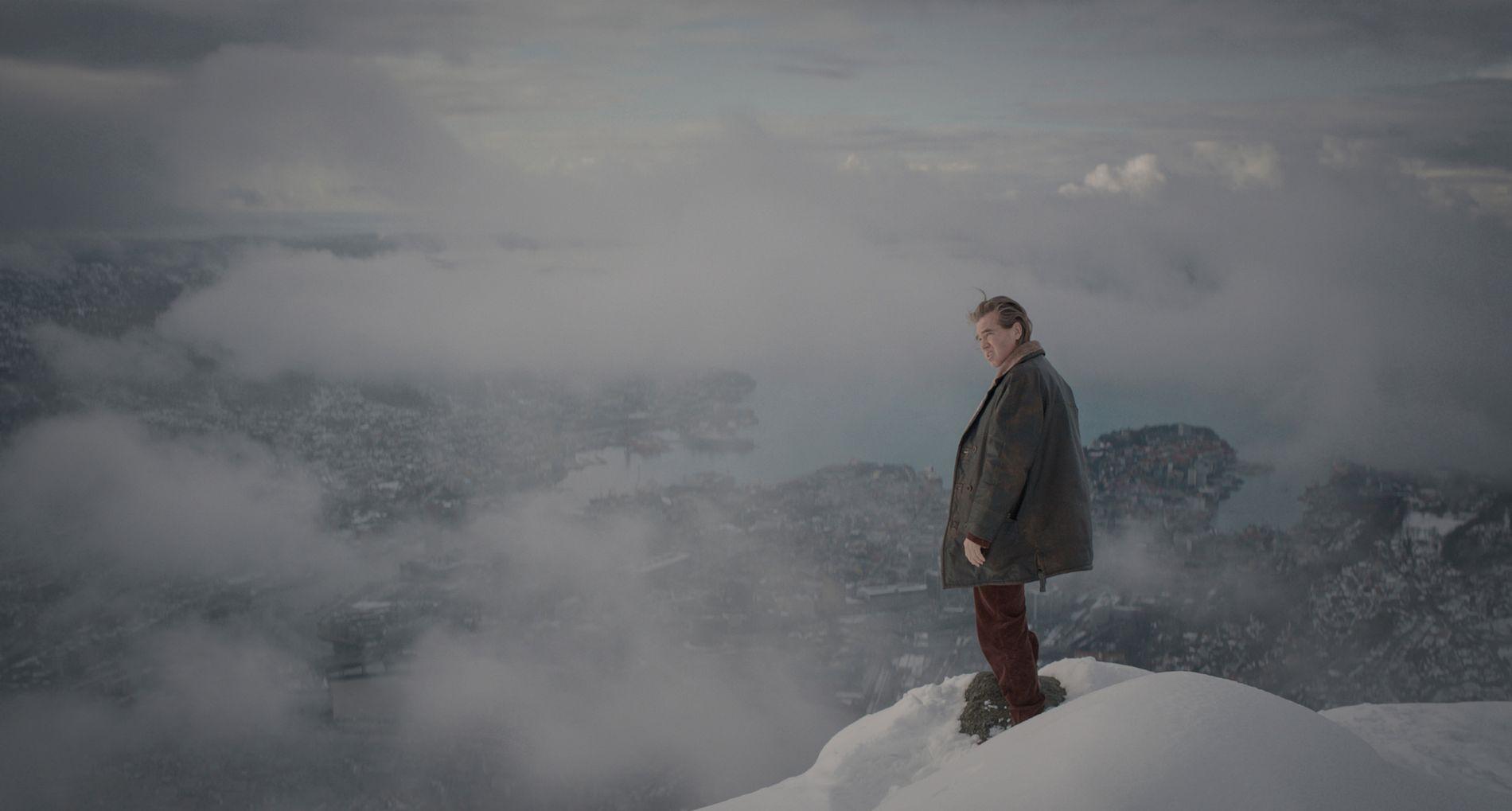 NATUR: Val Kilmer er også med i «Snømannen», her i Bergen. Foto: Universal Pictures