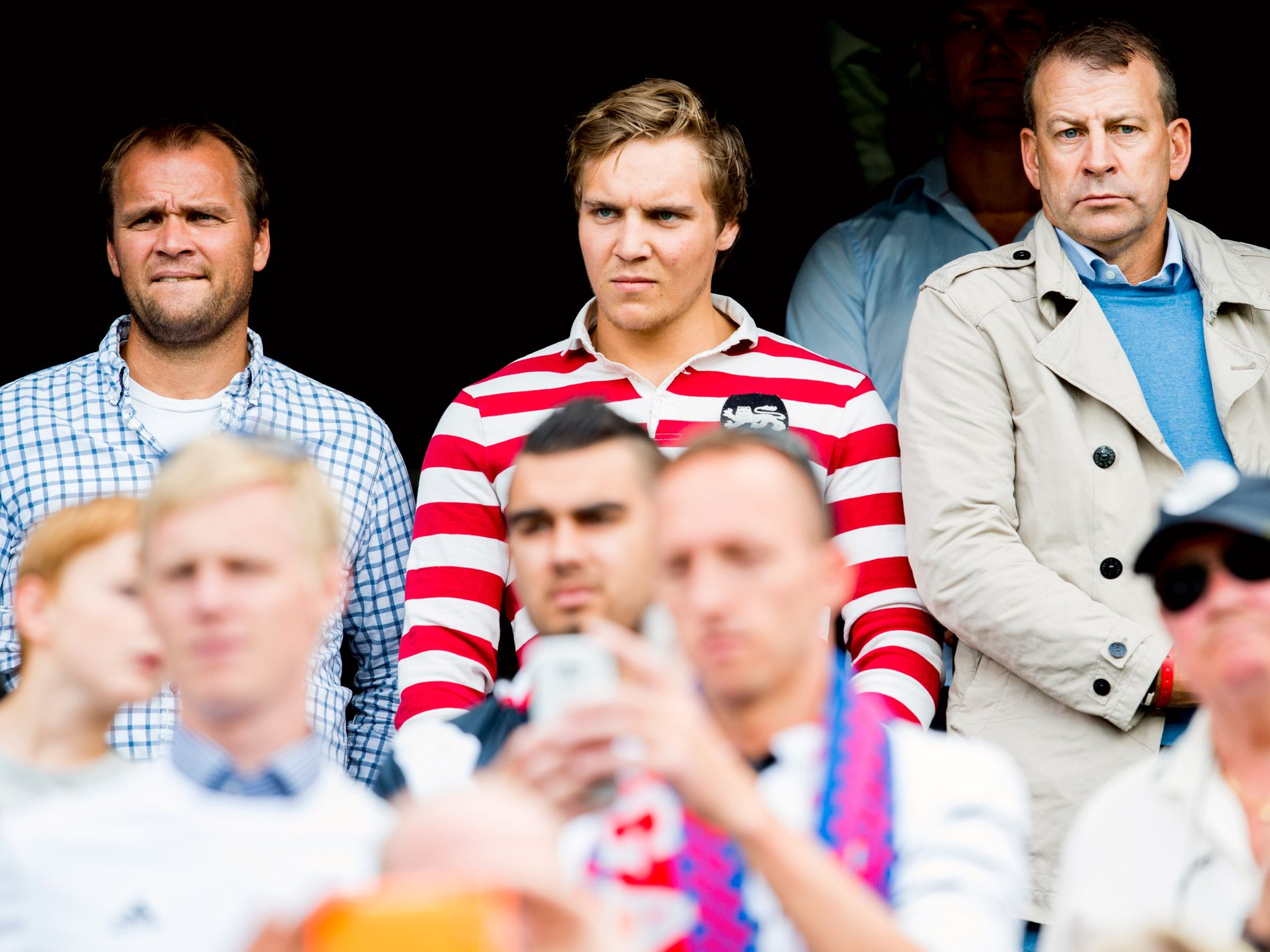 Hans Erik Ødegaard (t.v.) og Tore Pedersen (t.h.) på tribunen under treningskampen mellom Vålerenga og Real Madrid i 2015.