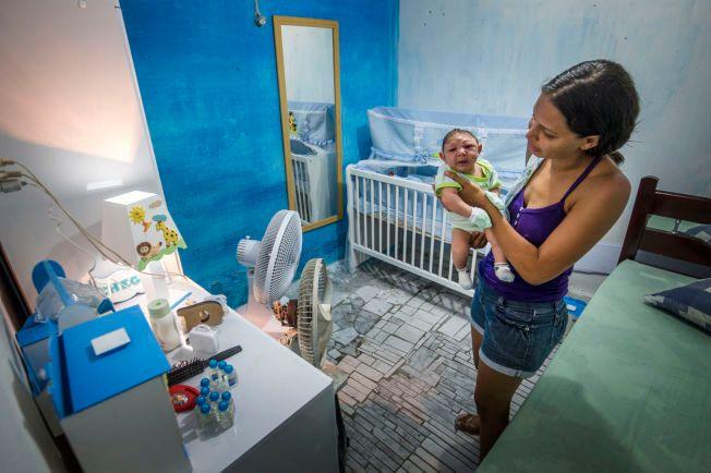 ZIKA-SMITTET: Vesle Juan Pedro har fått myggnetting i sprinkelsengen i Recife, Brasil. Et skarve myggstikk på moren Daniele Ferreira dos Santos (29) da hun gikk gravid, kan ha skadet ham for livet.