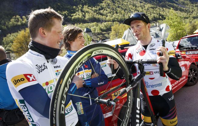 BAR KLATRETRØYA: Vegard Robinson Bugge (t.h.) under Tour of Norway i mai. 25-åringen vant til slutt klatrekonkurransen i rittet.