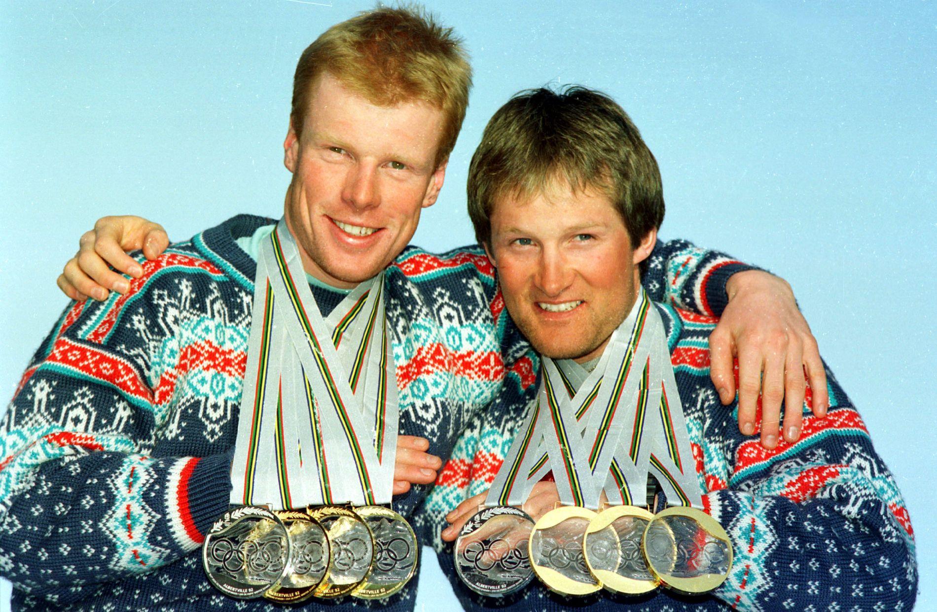 MEDALJØRER: Vegard Ulvang (t.h.) og Bjørn Dæhlie viser frem sine OL-medaljer fra Albertville i 1992. Begge endte med tre gull og ett sølv fra mesterskapet.