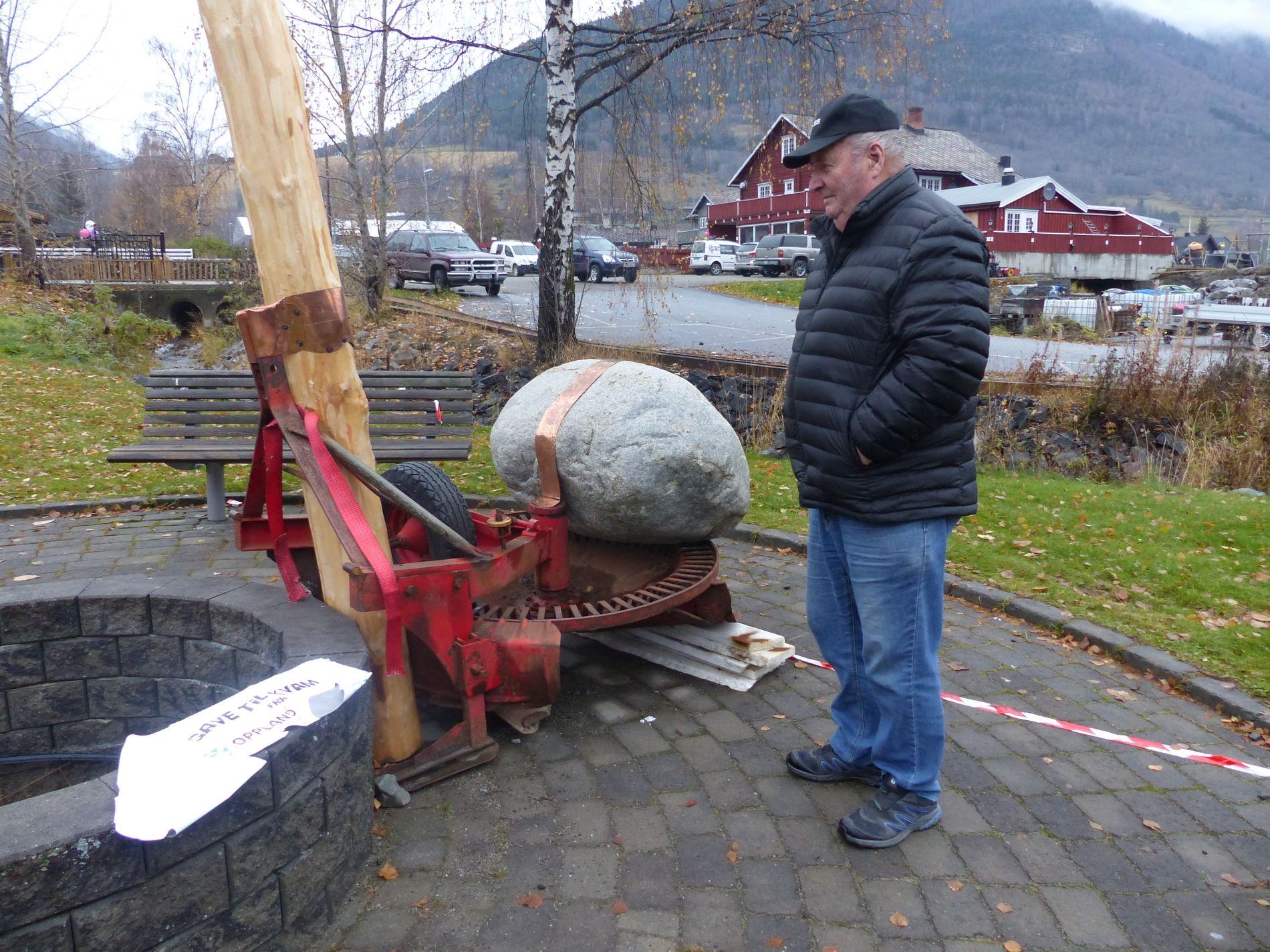 HODERYSTENDE. Harald Lillegård fra Vinstra skjønner godt at folk vil ha dette kunstverket fjernet. – Det er mye rart de finner på nå om dagen, sier han.