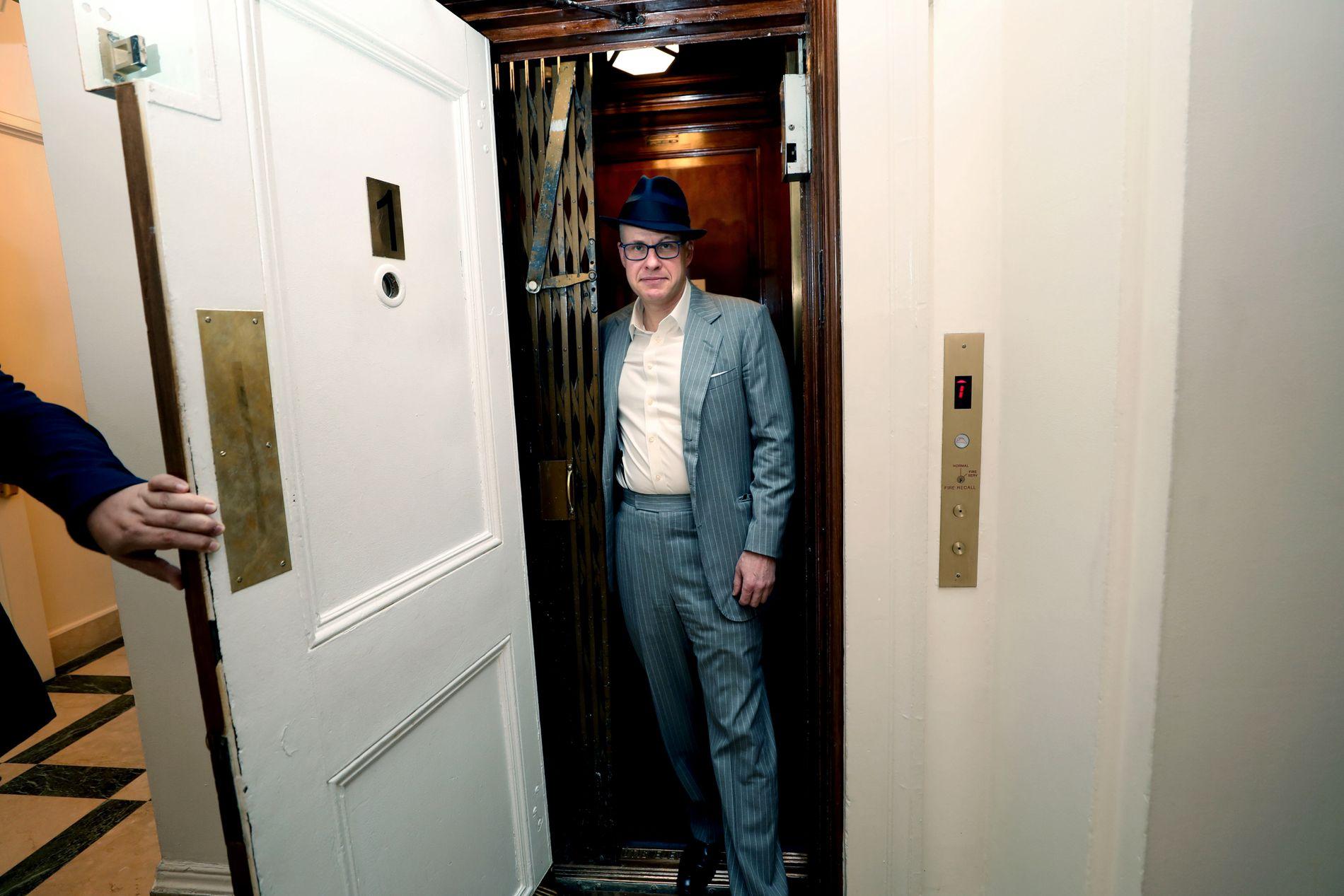 STÅR FREM: Max Boot har stemt republikansk i hele sitt liv, men snudde da Donald Trump entret scenen. Her Boot på vei ut av heisen i lokalene til tenketanken Council on Foreign Relations i New York.