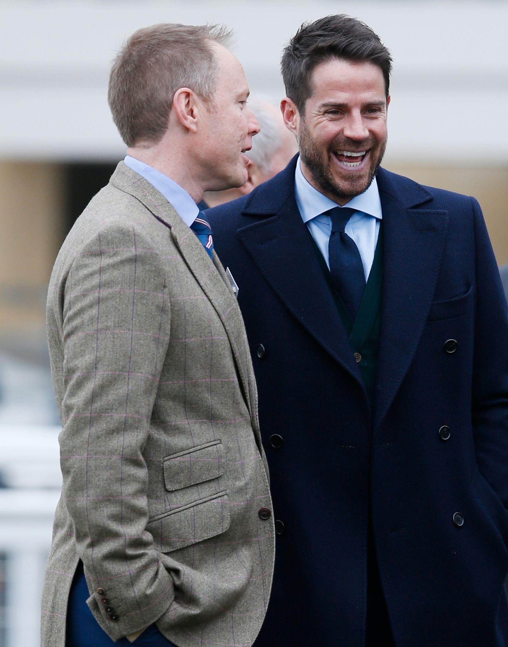 STØTTER ROONEY-VRAKING: Fotball-ekspert Jamie Redknapp (høyre) sammen med en bekjent på travbanen i England.
