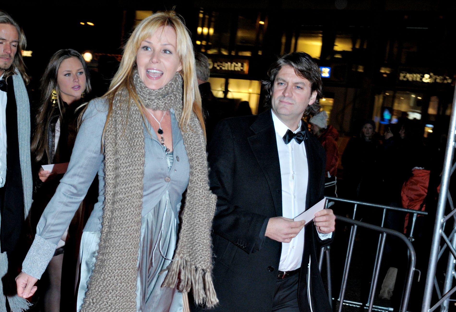 LANGT EKTESKAP: Dorthe Skappel og ektemannen Jon ble kjærester da de var 15 år gamle, og har vært gift i drøye 33 år. Paret viser seg sjelden sammen offentlig, og dette bildet ble tatt så langt tilbake som i 2008 – da de dukker opp på førpremieren av James Bond-filmen «Quantum of Solace».