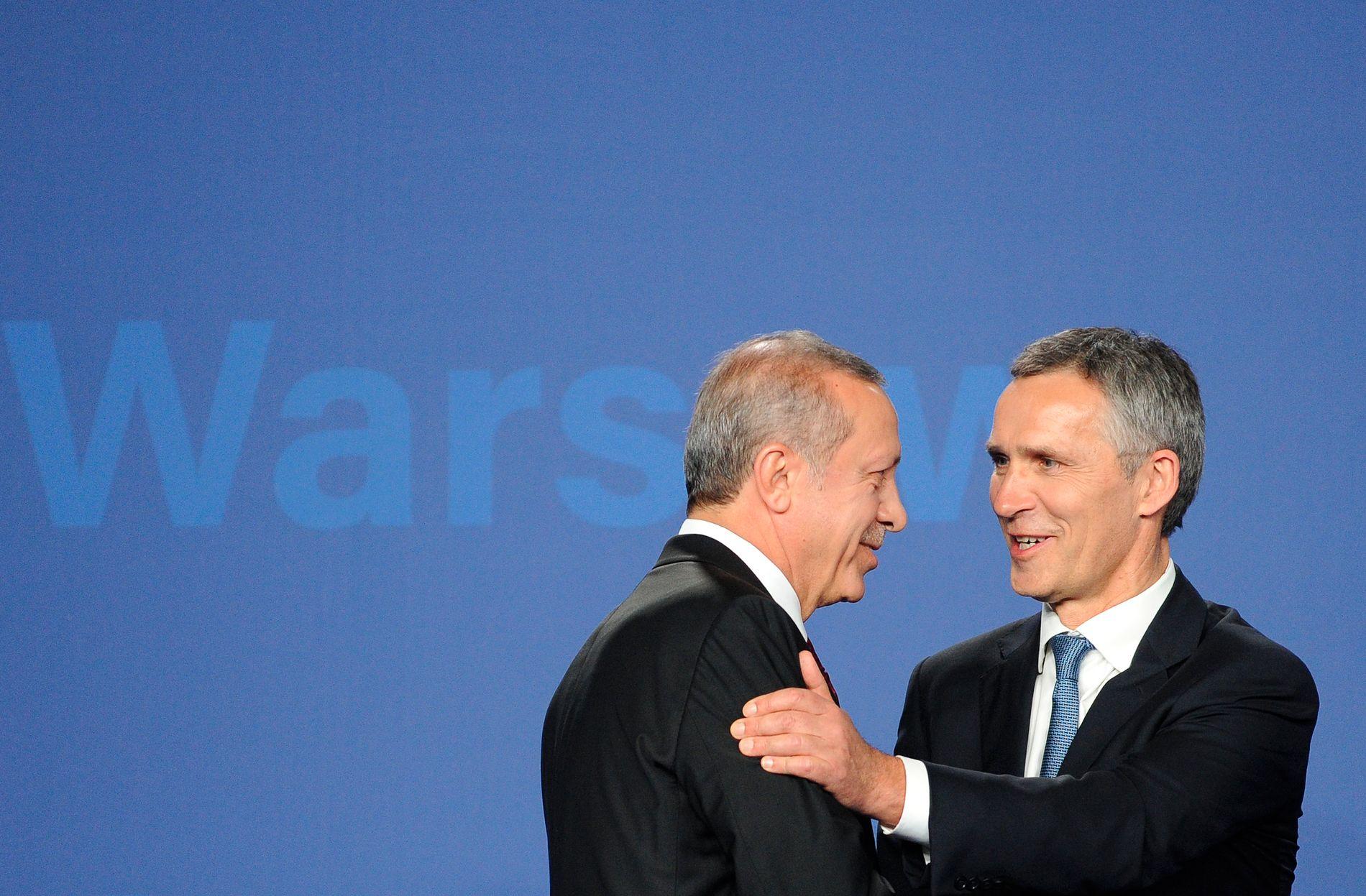 SENTRALE BRIKKER: To av de viktigste aktørene i etterspillet av kuppforsøket i Tyrkia er presidenten i landet, Recep Erdogan og NATO. Her møter Erdogan generalsekretær Jens Stoltenberg i Warszawa i juli.