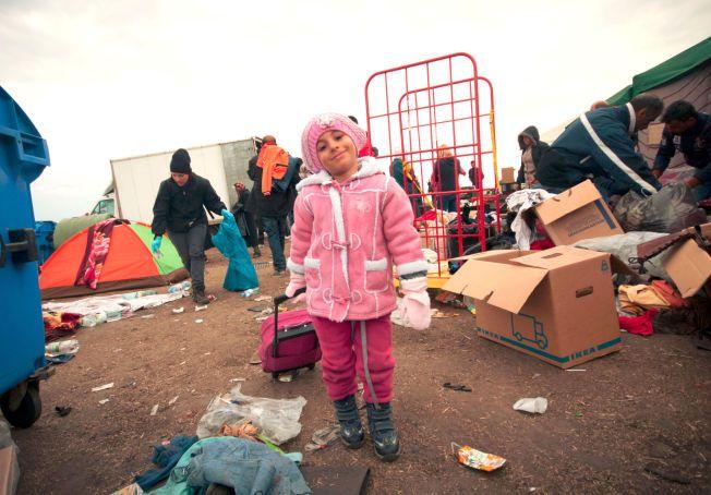 PÅ FLUKT: Den fire år gamle syriske jenta er på flukt med sin mor og lillebror. Hun har selv fått plukke antrekk blant de donerte klærne, og rosa er en klar favoritt på fargekartet.