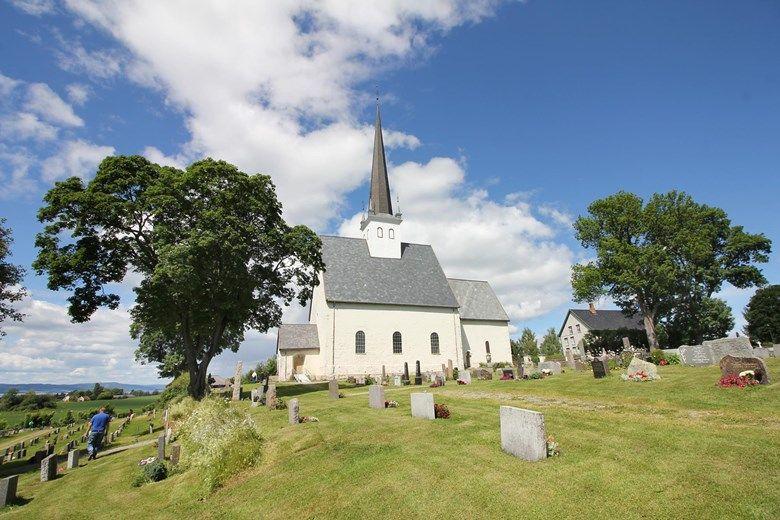 OPPTIL FLERE: Etter at Stangeavisa la artikkelen om tyverier på Stange kirke (bildet) på Facebook, meldte flere at de har opplevd det samme ved to andre kirkegårder i kommunen.