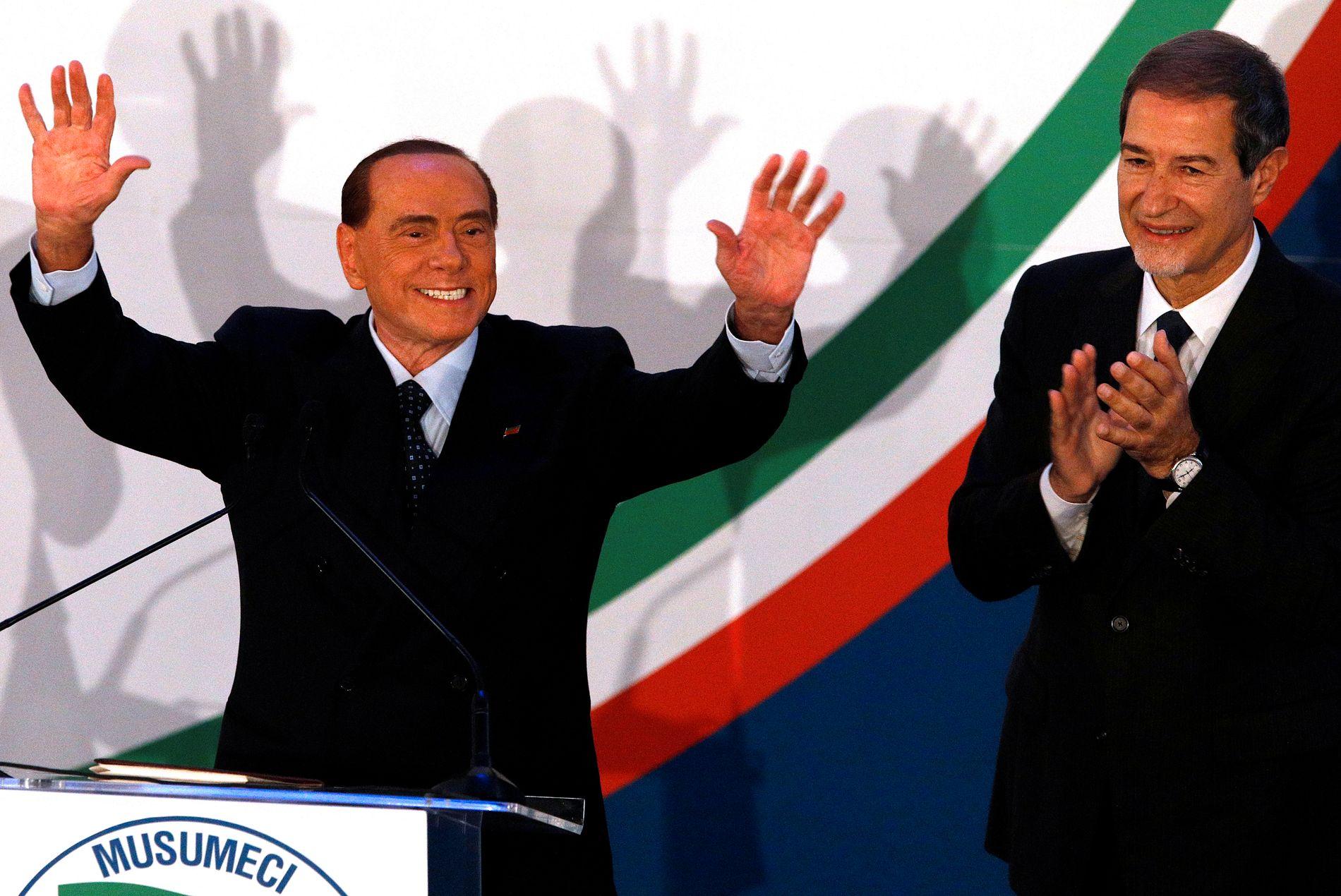 TILBAKE I MANESJEN: Forza Italias partileder Silvio Berlusconi støttet Nello Musumeci (t.h.) i guvernørvalget på Sicilia. Dermed fikk han igjen spille en hovedrolle i italiensk politikk. Nå samler han høyresiden foran parlamenstvalget til våren.