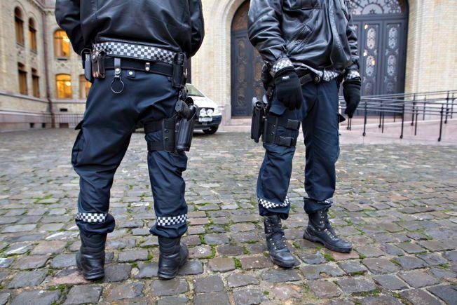 Politiet utenfor Stortinget skal være bevæpnet i fremtiden. FOTO: ROGER NEUMANN,VG