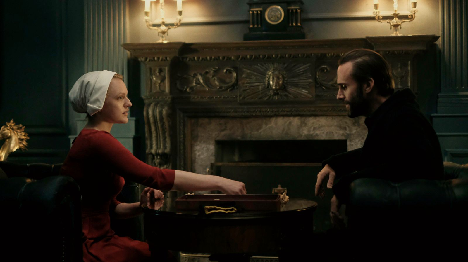 TJENER: Elisabeth Moss som Offred må gjøre alt Fred (Fiennes) befaler.