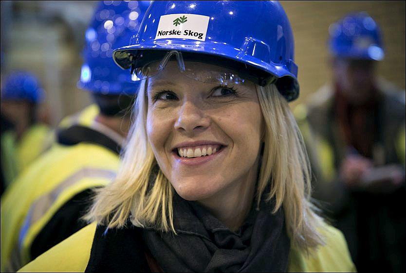 PÅ BESØK: Landbruks- og matminister Sylvi Listhaugs offentlige lister er nå frigitt. Her er hun hos Norske Skog på Skogn i Nord-Trøndelag. Foto: TERJE BRINGEDAL