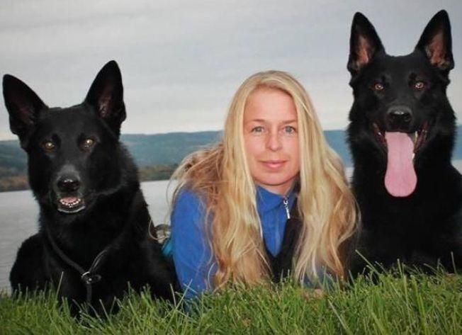 GLEMT: Haydn til høyre ble værende på flyplassen da matmor Cathrine Stensmoe dro til Schiphol torsdag. Til venstre er hunden Sixtan, som ikke skulle være med.