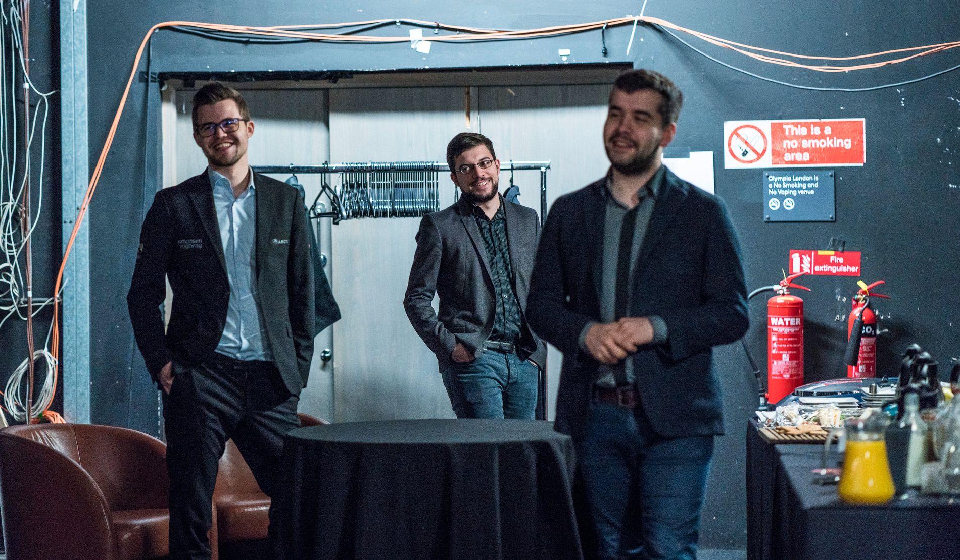 GODT HUMØR: Selv om det blir bare remis i partiene i London Classic, er spillerne i godt humør. Her er Magnus Carlsen (t.v.) sammen med to av dem han har best kontakt med av sjakktoppene, franske Maxime Vachier-Lagrave og russiske Jan Nepomnjasjtsji.