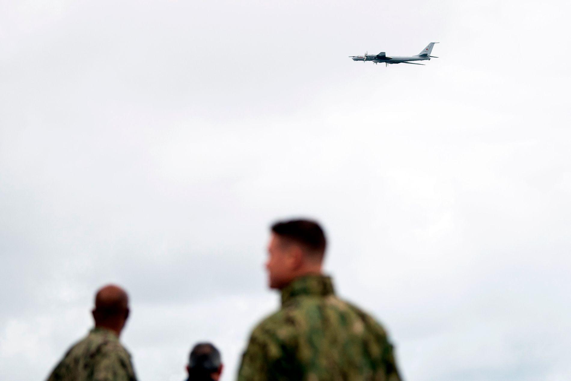 SVISJ: Et russisk rekognoseringsfly, Tupolev TU-142, flyr over det amerikanske kommandoskipet Mount Whitney, 2. november, under den store NATO-øvelsen i Trondheim, Trident Juncture.